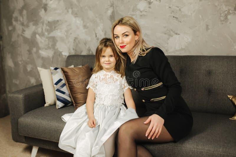 Moeder en Dochter thuis Mooi meisje en elegant mamma royalty-vrije stock fotografie