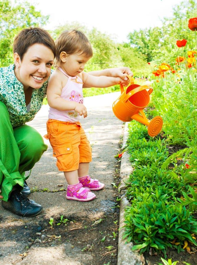 Moeder en dochter in tuin stock afbeelding