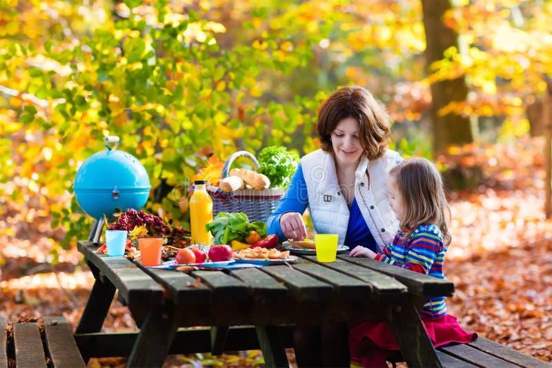 Moeder en dochter vastgestelde lijst voor picknick in de herfst stock afbeelding