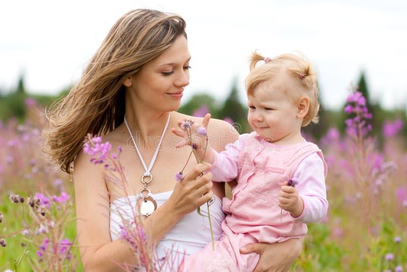 Moeder en dochter in weide openlucht stock afbeeldingen