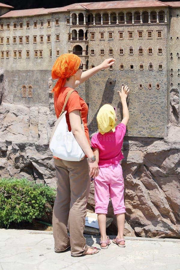 Moeder en dochteraanrakingsmuren van Sumela Monastry royalty-vrije stock afbeelding