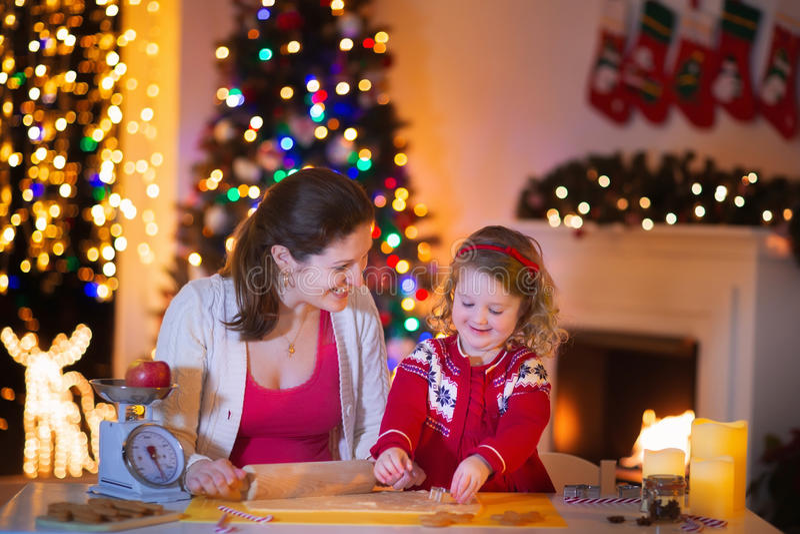 Moeder en dochterbakselpeperkoek voor Kerstmisdiner stock fotografie
