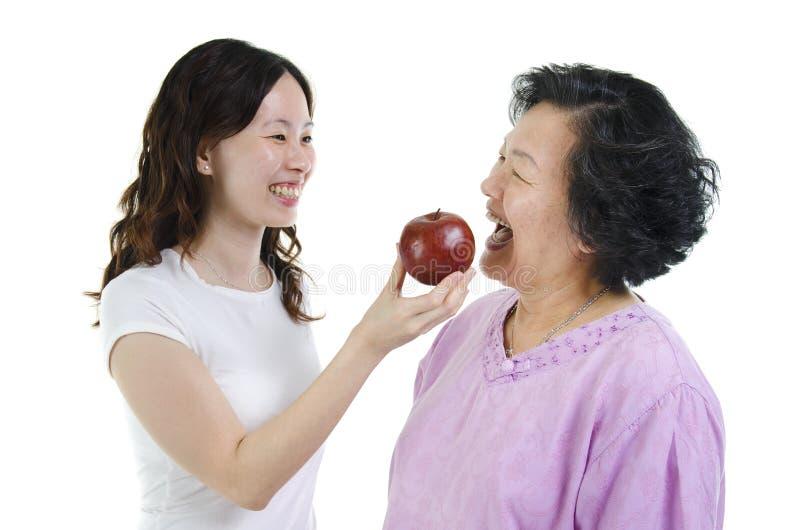 Moeder en dochtergezonde voeding stock foto