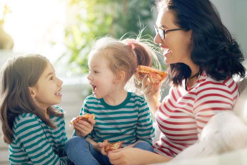 Moeder en dochters die pizza eten royalty-vrije stock afbeelding