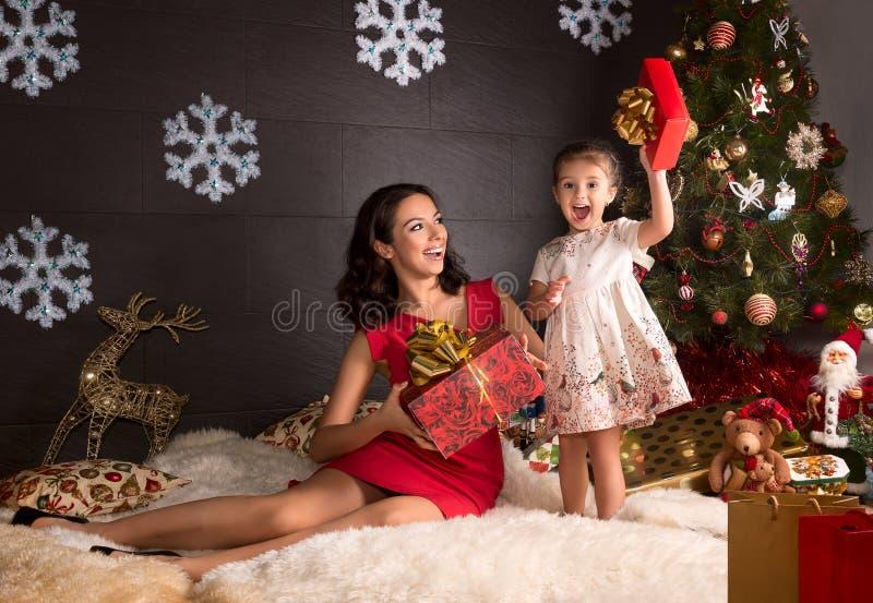 Moeder en dochters met Kerstmisgift royalty-vrije stock fotografie