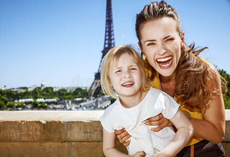 Moeder en dochtertoeristen die prettijd in Parijs, Frankrijk hebben stock fotografie