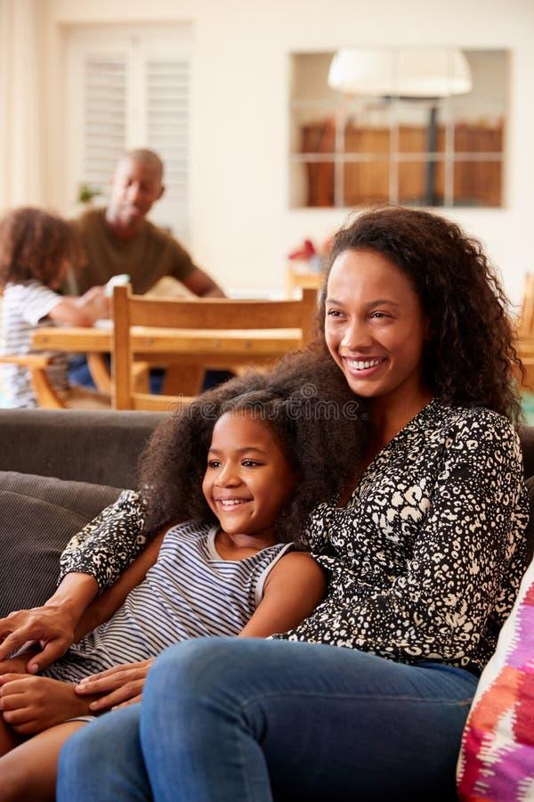 Moeder en Dochterzitting op Sofa At Home Watching Movie op TV samen stock foto's