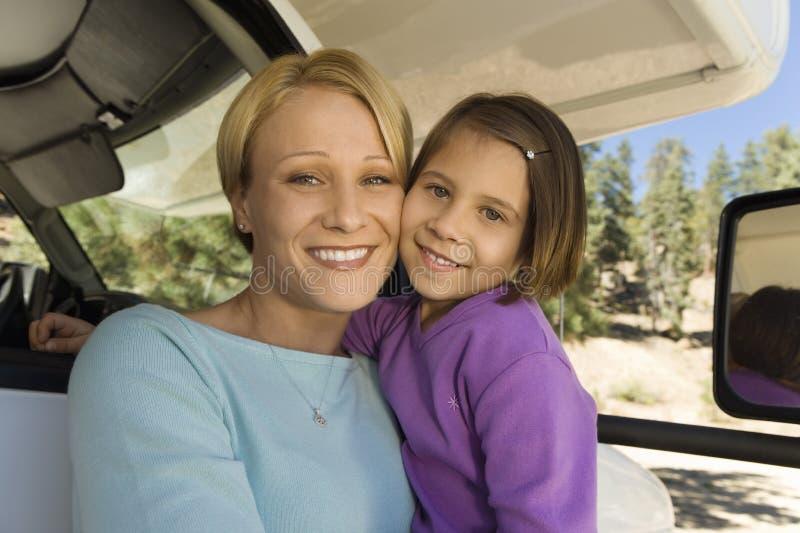 Moeder en dochterzitting in rv royalty-vrije stock afbeeldingen