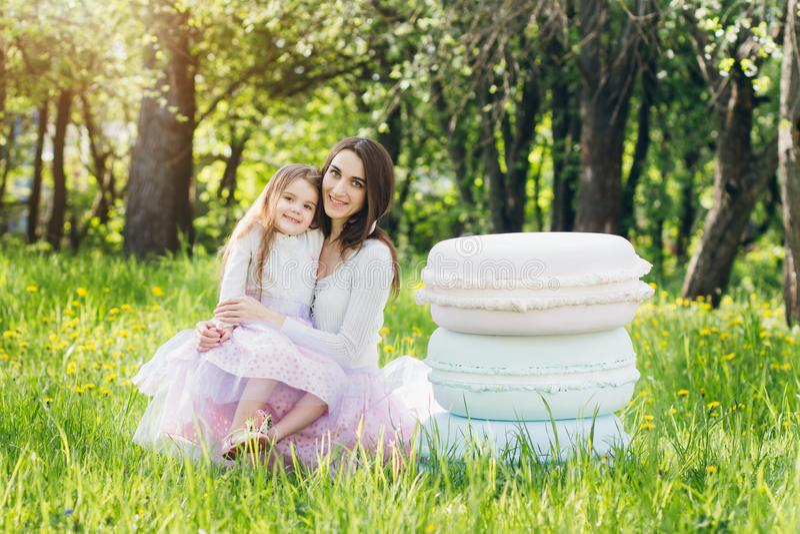 Moeder en een kleine dochtergang in de lente bloeiend Apple royalty-vrije stock foto's