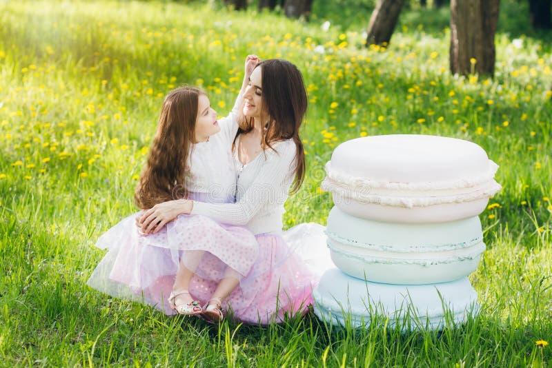 Moeder en een kleine dochtergang in de lente bloeiend Apple stock foto