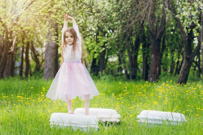 Moeder en een kleine dochtergang in de lente bloeiend Apple stock foto's