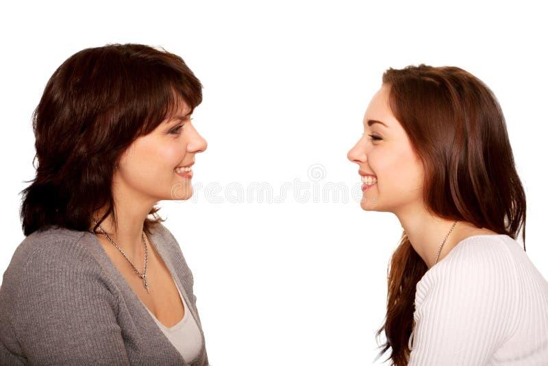 Moeder en en tienerdochter die samen spreken lachen. royalty-vrije stock afbeeldingen