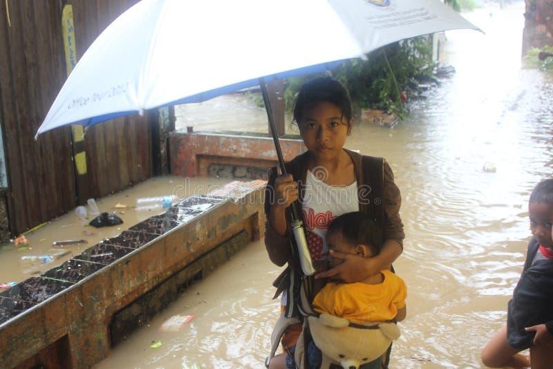 Moeder en haar baby in de vloed