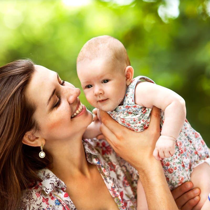 Moeder en haar baby in openlucht stock foto's