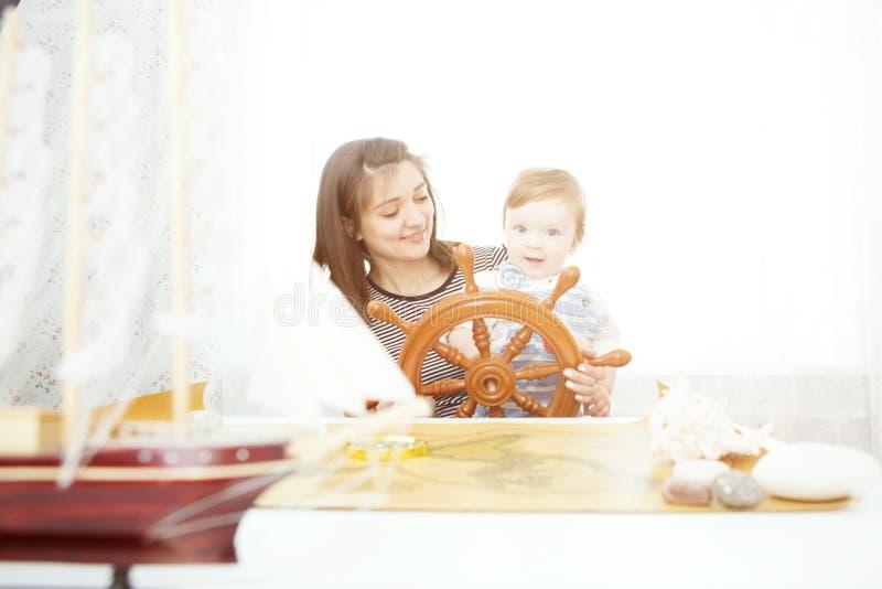 Moeder en haar babyjongen die met model van schip spelen royalty-vrije stock afbeelding