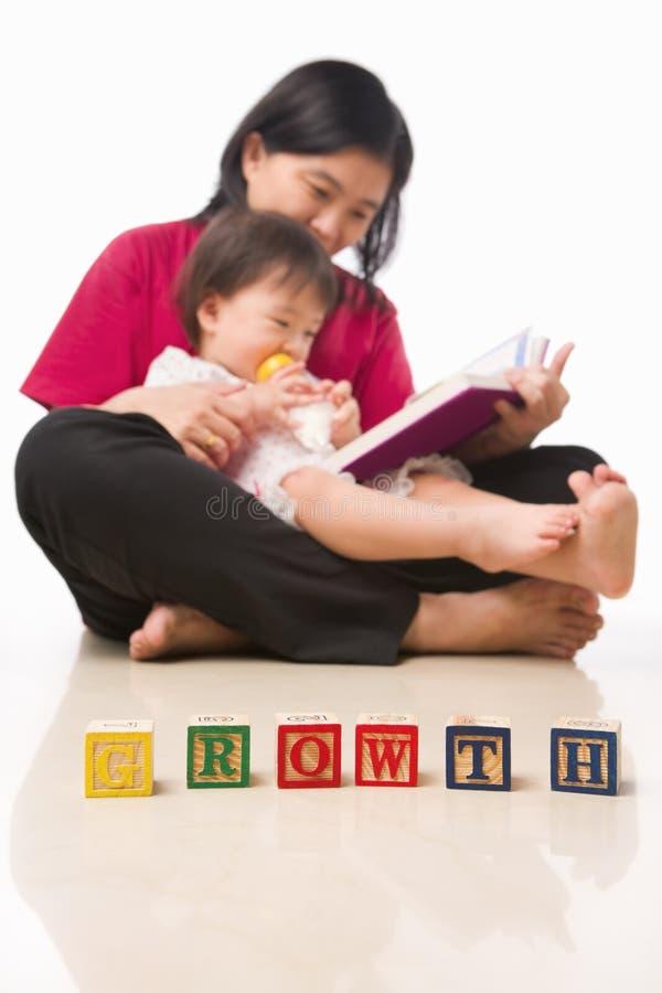 Moeder en haar boek van de meisjelezing royalty-vrije stock foto