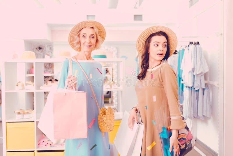 Moeder en haar dochter doen die samen winkelen royalty-vrije stock foto