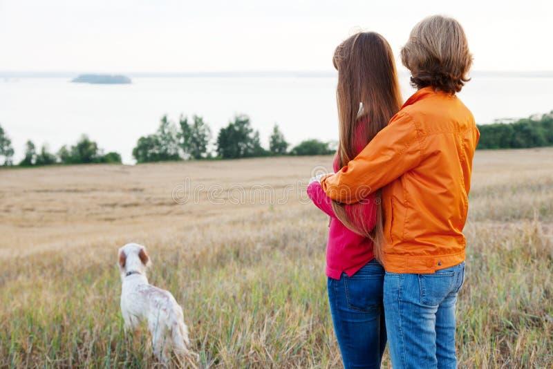 Moeder en haar dochter met hond in openlucht royalty-vrije stock afbeeldingen