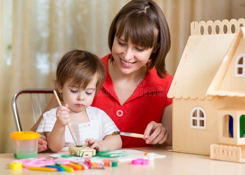 Moeder en haar dochterjong geitje die met de hand maken stock foto