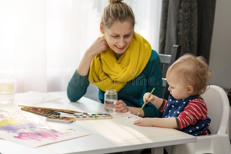 Moeder en haar dochtertekening met waterverf stock foto's