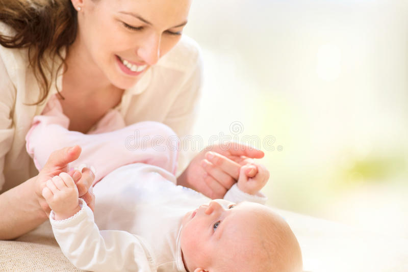 Moeder en haar pasgeboren baby stock foto's