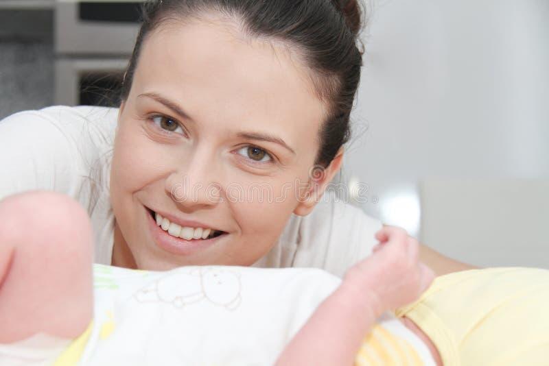 Moeder en haar Pasgeboren Baby, de pasgeborenenhanden van de Ouderholding royalty-vrije stock foto