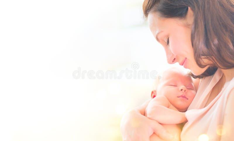 Moeder en haar pasgeboren baby samen Gelukkige en Moeder en Baby die kussen koesteren Jong Mammaportret royalty-vrije stock fotografie