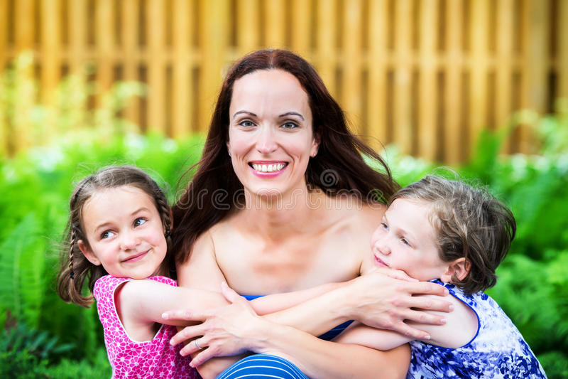 Moeder en haar Twee Dochters samen stock afbeelding