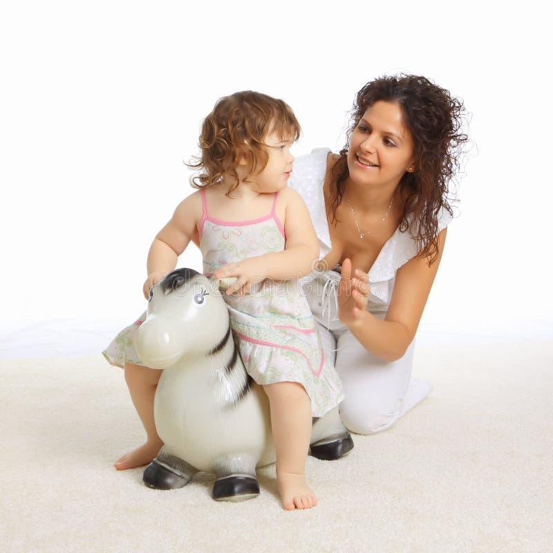 Moeder en haar weinig dochter die samen speelt royalty-vrije stock foto's