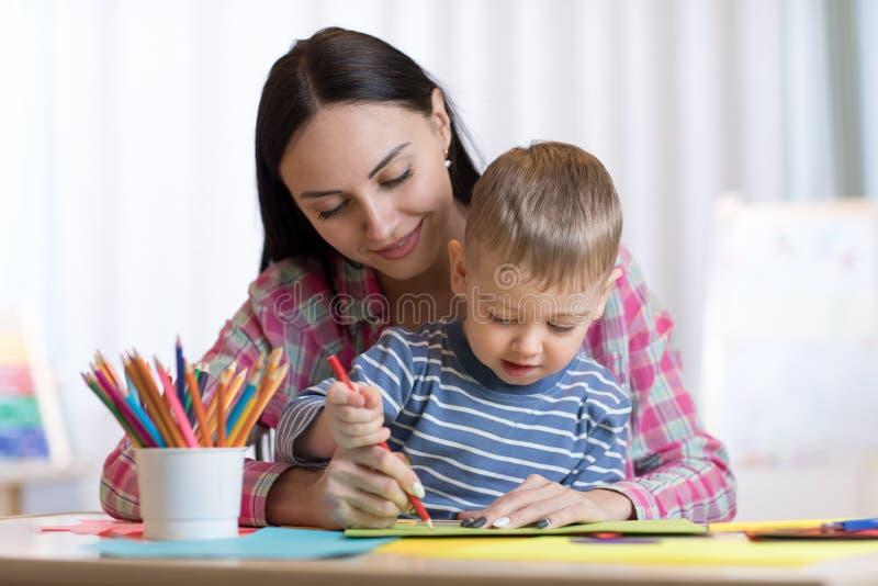 Moeder en jong geitjezoonstekening met kleurpotloden royalty-vrije stock foto's