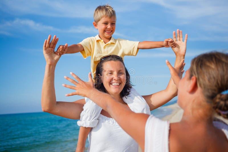 Download Moeder En Jonge Geitjes Bij Het Strand Stock Afbeelding - Afbeelding bestaande uit strand, dochter: 54090513