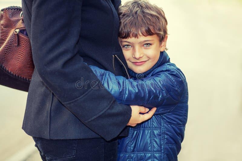 Moeder en jongen die - in straat, familietijd genieten van royalty-vrije stock foto