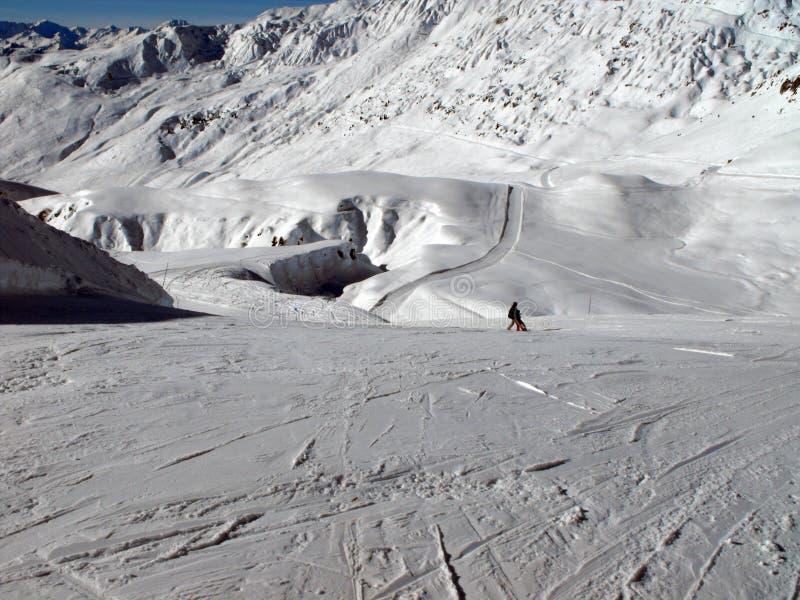 Moeder en kind alleen op een zonnige skihelling stock afbeelding
