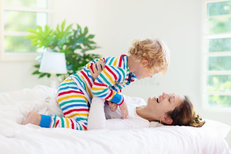Moeder en kind in bed Mamma en baby thuis royalty-vrije stock foto's