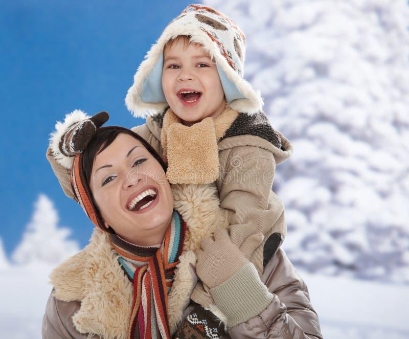 Moeder en kind bij de winter stock foto