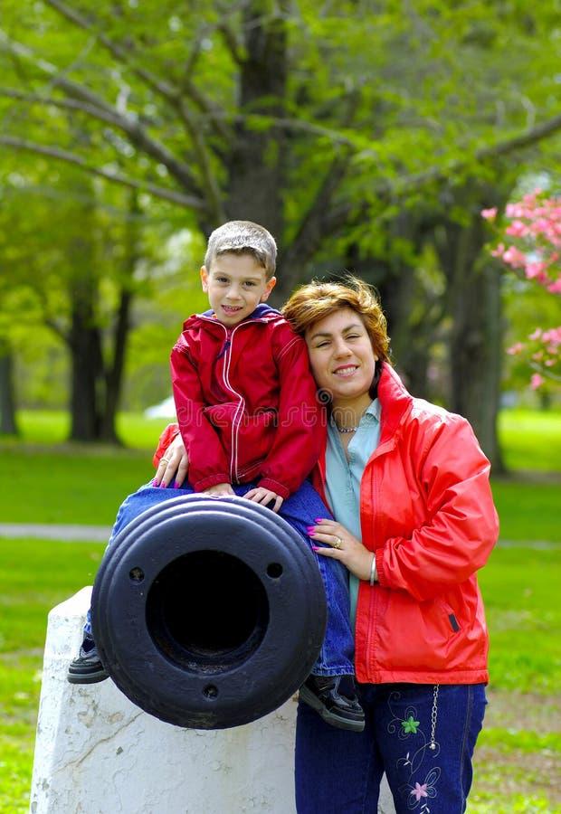 Moeder en Kind bij Park royalty-vrije stock afbeelding