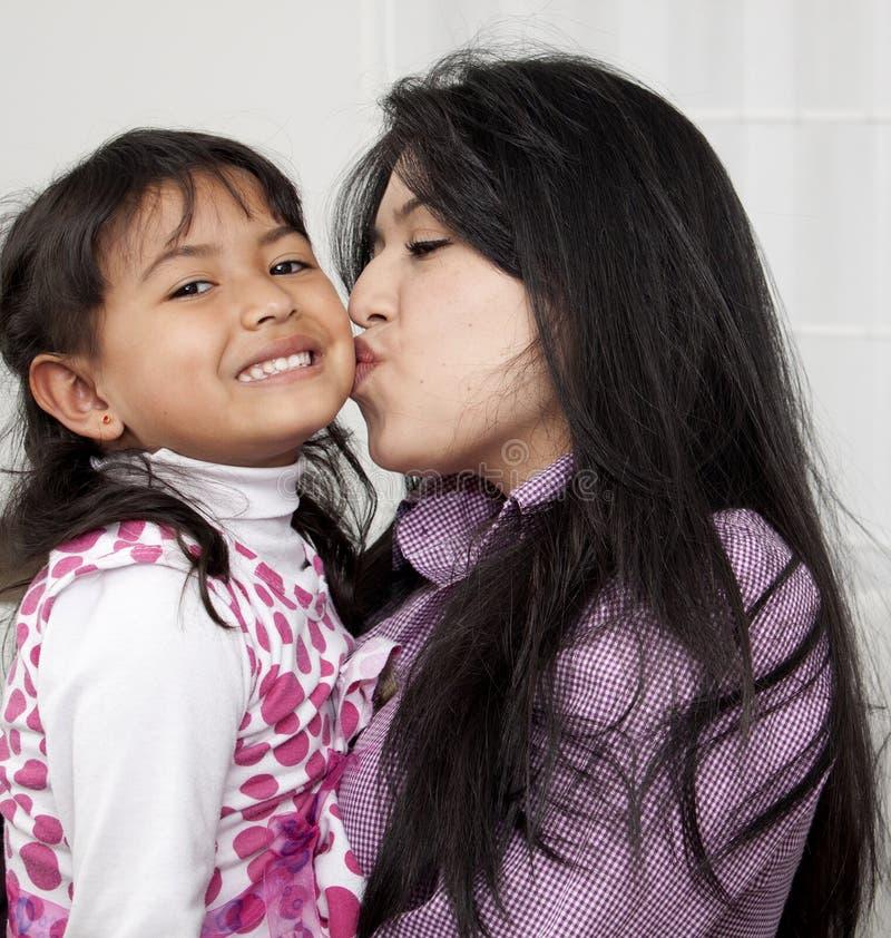Moeder en kind binnen stock fotografie