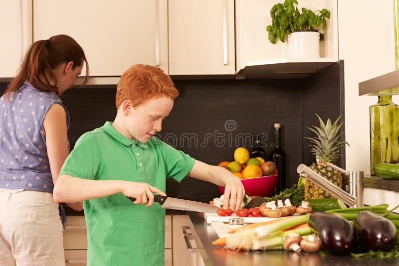 Moeder en kind in de keuken stock fotografie
