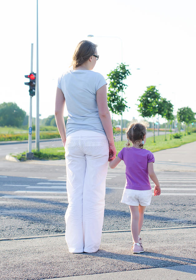 Moeder en kind die de weg kruisen. royalty-vrije stock afbeeldingen