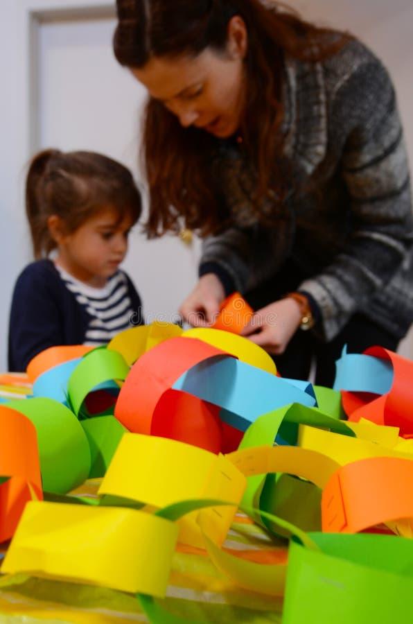 Moeder en kind die een handcraftdecoratie samen voorbereiden royalty-vrije stock afbeelding