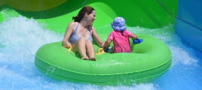 Moeder en kind die pret in waterpark hebben royalty-vrije stock fotografie