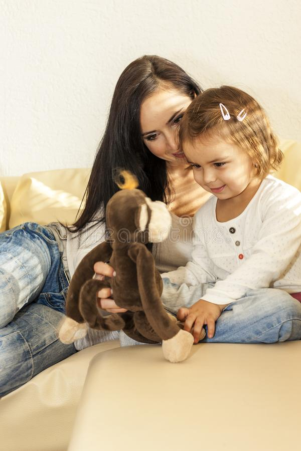 Moeder en kind die thuis spelen stock afbeeldingen