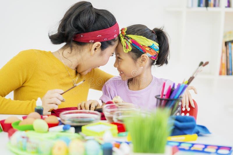 Moeder en kind die voorbereiding doen voor Pasen royalty-vrije stock foto