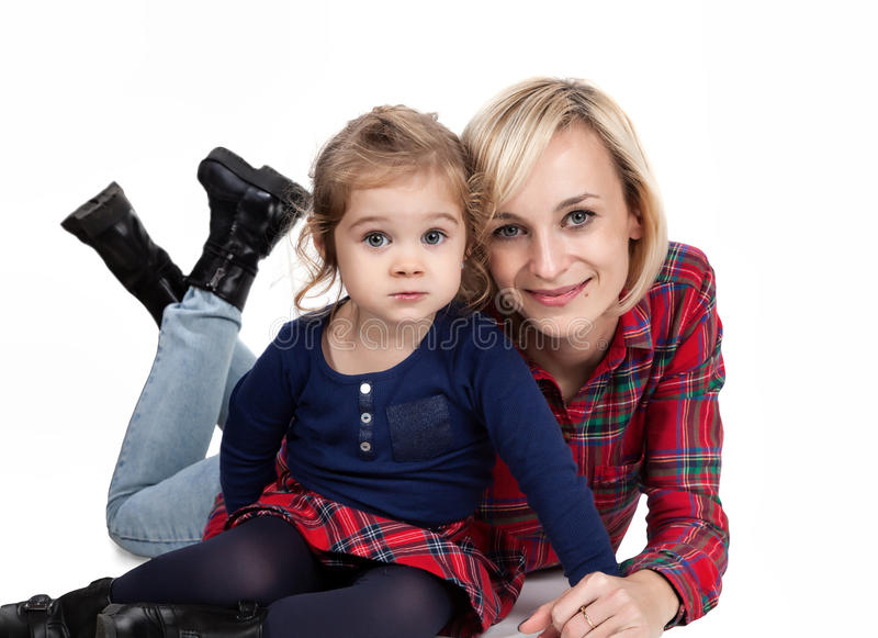 Moeder en kind geknuffel stock foto