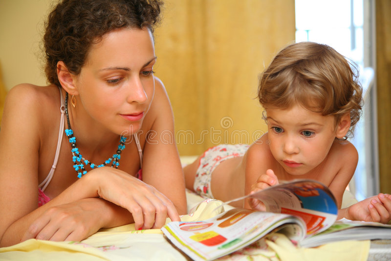 Moeder en kind gelezen tijdschrift royalty-vrije stock foto