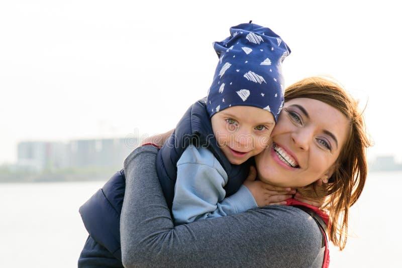 Moeder en Kind Gelukkig het houden van familieportret stock fotografie