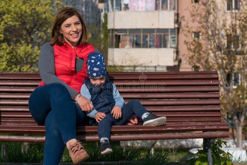 Moeder en Kind Gelukkig het houden van familieportret stock foto's