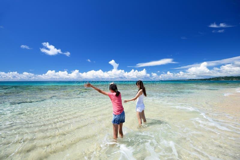 Moeder en kind het spelen bij het strand royalty-vrije stock afbeelding