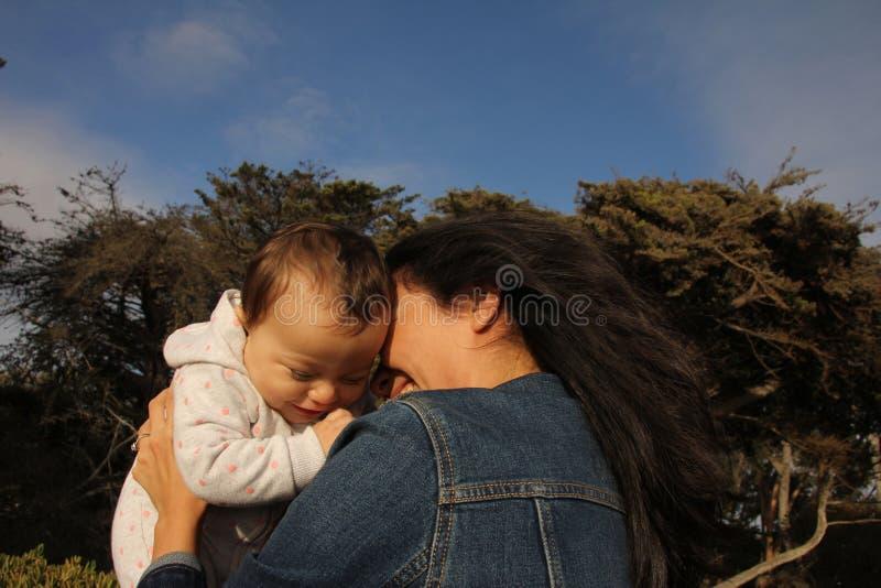 Moeder en kind op een strand royalty-vrije stock afbeelding