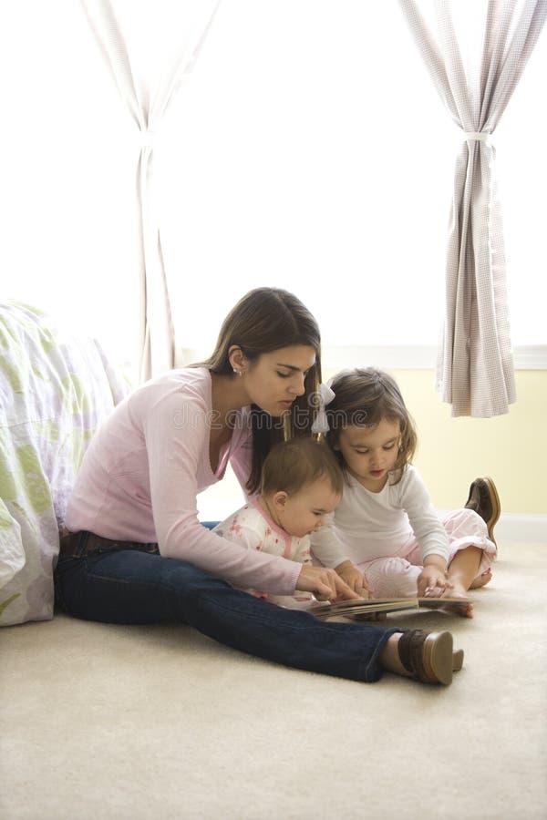 Moeder en kinderen. stock foto